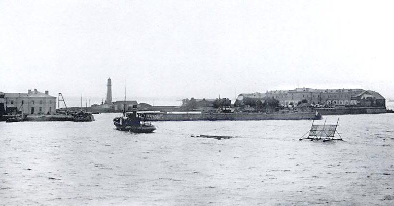 Общий вид Кронштадтского порта. На переднем плане буксир, транспортирующий специальную мишень для морских артиллерийских стрельб. 1913. Фотограф К. Булла