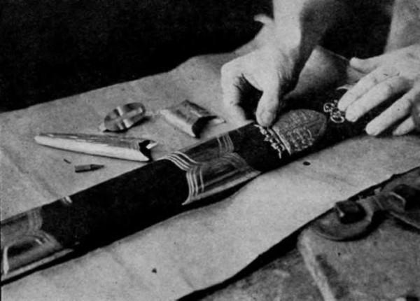 А вот ножны у него более современные.