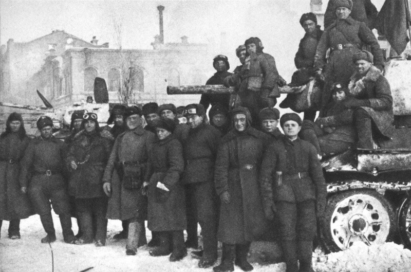 Советские танкисты у танков Т-34 после завершения боев в Сталинграде.