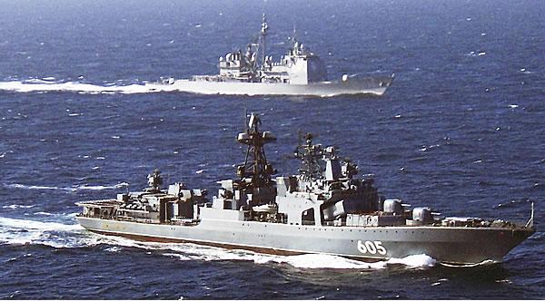 Большой противолодочный корабль «Адмирал Левченко» и ракетный крейсер ВМС США Hue City во время совместных учений.