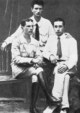 Игорь Курчатов (в центре) – студент Таврического университета