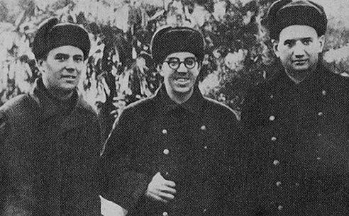 Севастополь, 1941 г. Справа налево: И.В. Курчатов и сотрудники группы по размагничиванию кораблей К.С. Лазуркин, А.Р. Регель
