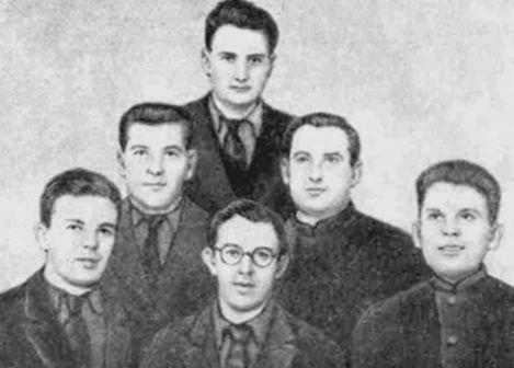 Участники работ по размагничиванию кораблей. В первом ряду – А.Р. Регель, Ю.С. Лазуркин, В.Д. Панченко, во втором ряду – П.Г. Степанов, Д.М. Гительмахер, в третьем – И.В. Курчатов. 1941 год