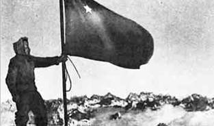 17 февраля 1943 года. Военные альпинисты установили над Эльбрусом флаг Советского Союза