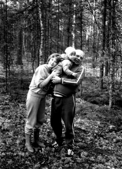 Л. Н. Столяров на даче с дочерью Светланой и старшей внучкой Лизой. Лето 1990 г