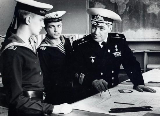 Начальник НВМУ, герой Советского Союза контр-адмирал Столяров Лев Николаевич на уроке по военно-морской подготовке. 1984г.