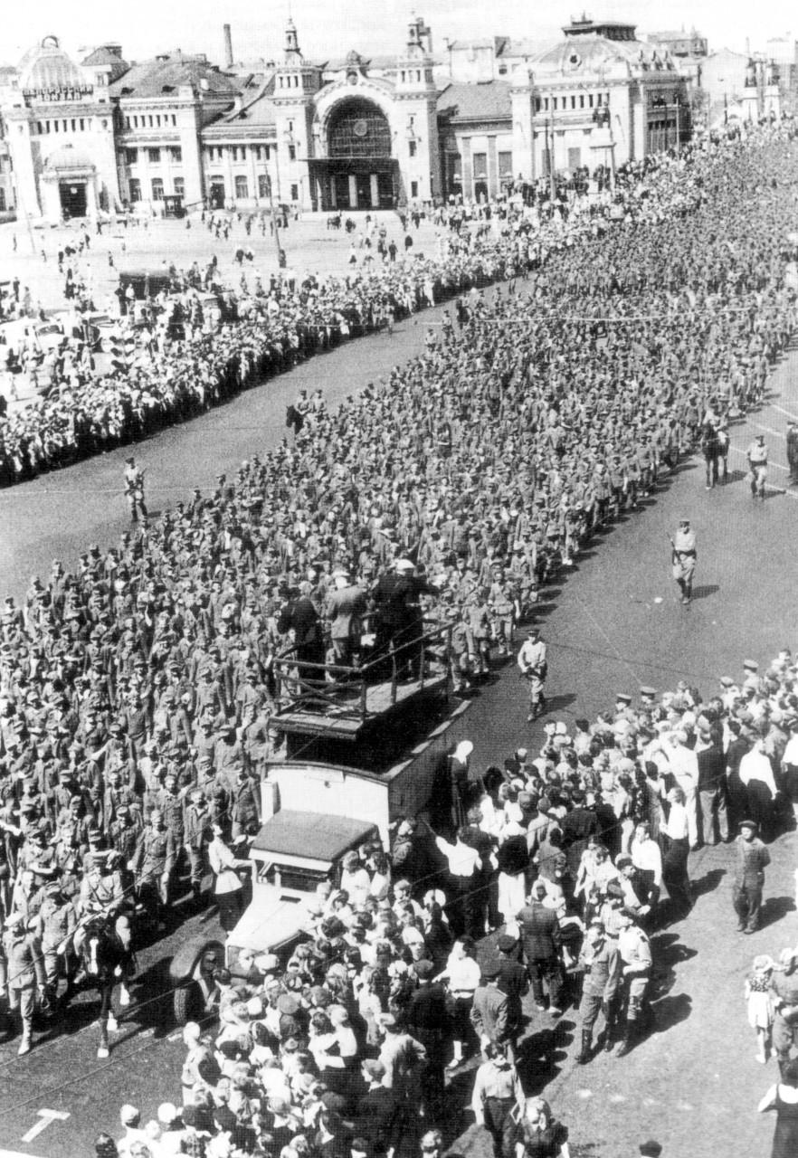 Операция «Багратион» знаменита и еще одним эпизодом. 17 июля 1944 года по Москве были проведены 50 тысяч немецких военнопленных, захваченных в Белоруссии, во главе с офицерами и генералами.