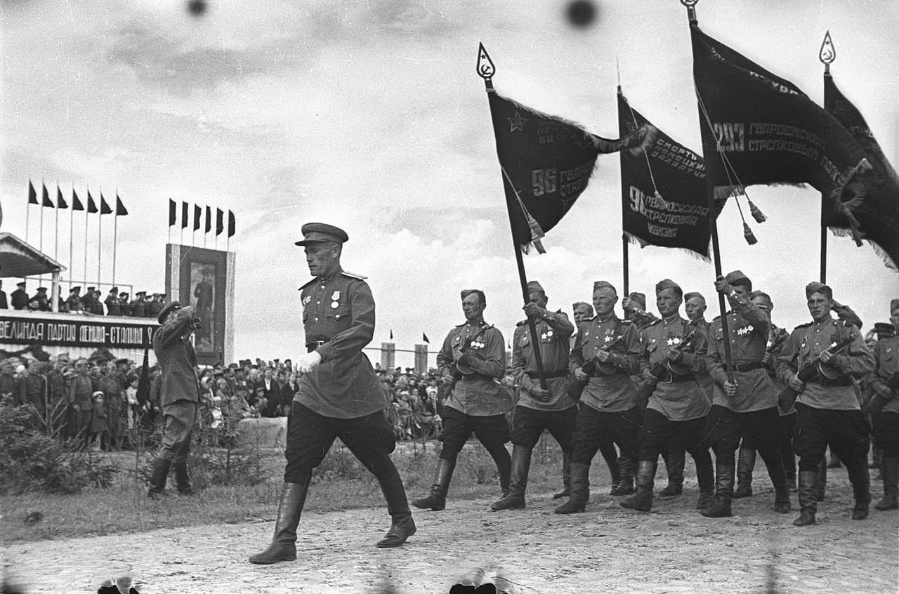 Парад 96-й гв. сд в Бобруйске. Знамена дивизии.