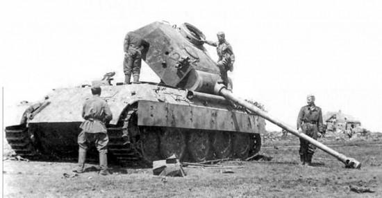 Советские солдаты на подбитом немецком танке Pz.Kpfw. V «Пантера».