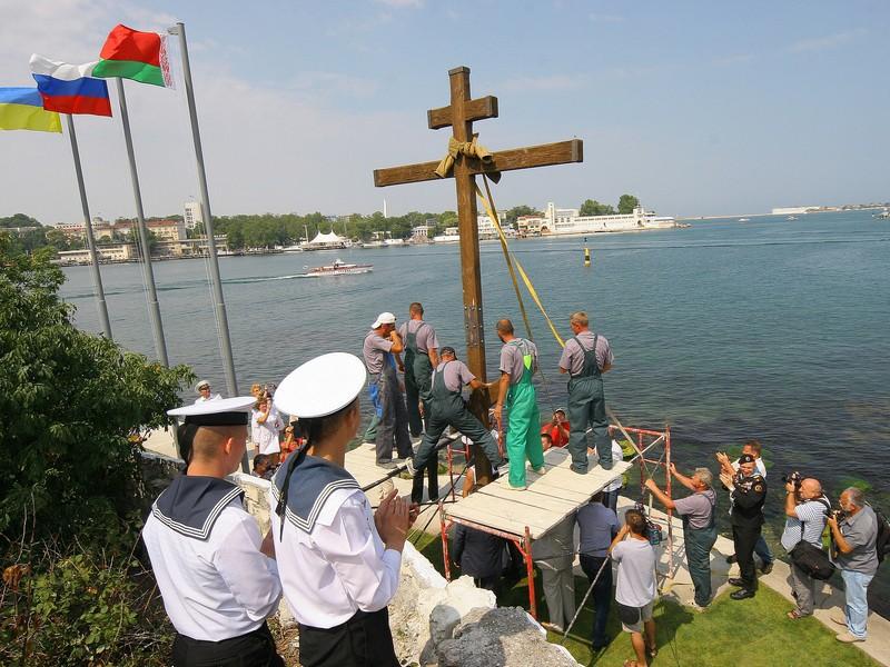 На территории госпиталя ЧФ РФ установлен поклонный крест в честь воинов-белорусов