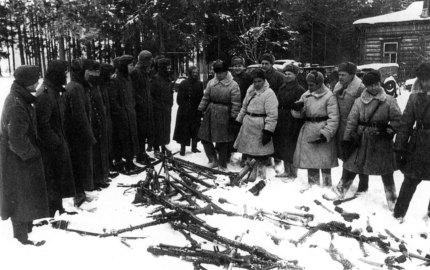 Фашисты осматривают девушек 17 фотография