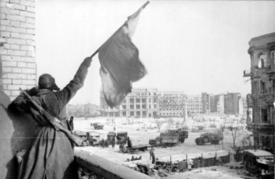 bundesarchiv_bild_183-w0506-316_russland_kampf_um_stalingrad_siegesflagge