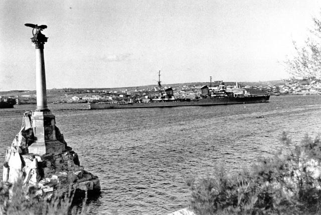 """Крейсер """"Молотов"""" входит в Северную бухту Севастополя."""