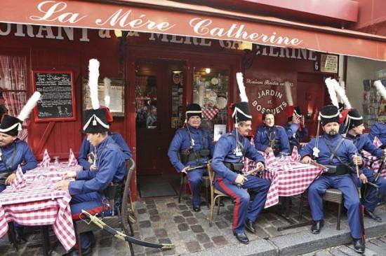 """В конце октября 2012 г. в маленьком бистро « У матушки Катрин», что на Монмартре в Париже, в кафе вошли казаки с шашками и заказали обед. Именно этот ресторанчик стал когда-то родоначальником всех """"Бистро"""" на планете."""