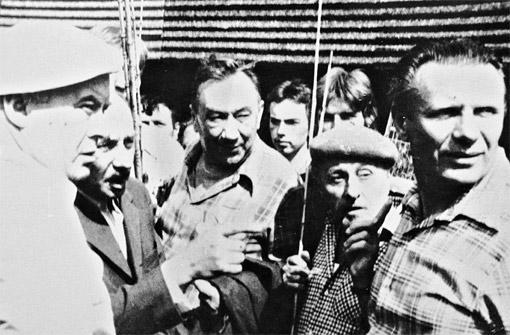 Петр Филоненко (справа) на съемочной площадке вместе с известным советским актером, героем войны Алексеем Смирновым (в центре).