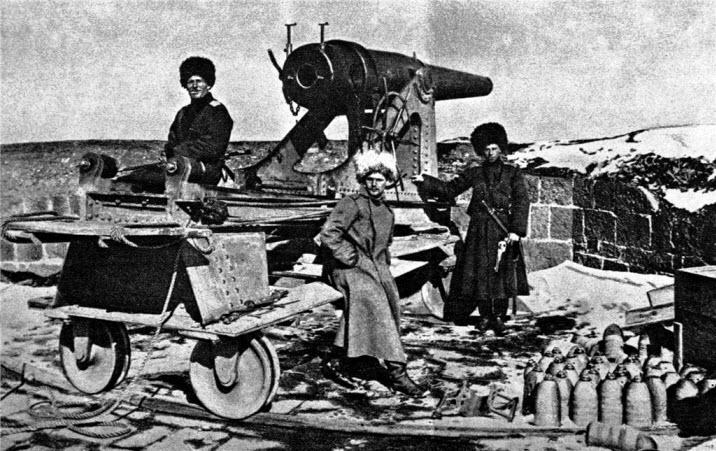 Пластуны у захваченной у турок мортиры при взятии Эрзерума. 1916 год.