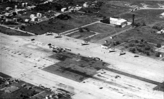 Внизу видна площадка НИТКИ с тросами аэрофинишеров для отработки посадок на палубу корабля.