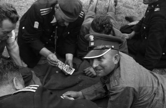 А уже через полгода - осенью 1939 в Венгрии находились 12 генералов, 762 штабных офицера и 4185 офицеров и младших командиров. С января по апрель 1940 года прибыло еще 412 офицеров и 497 младших командиров.