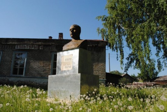 Бюст маршала Леонида Говорова в деревне Лесниково Кировской области. Фото: Андрей Андреев