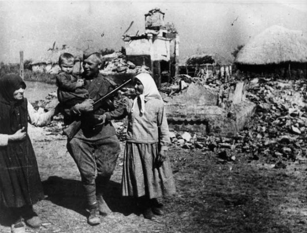 Каждую деревню наши бойцы освобождали, как свою родную. Фото: Архив журнала Родина