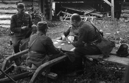 Но 1500 польских офицеров, в том числе 11 генералов, или не смогло (или не захотело) бежать дальше. В результате, те кто остались в Венгрии, после вступления германских войск в эту страну все равно оказались в немецких концлагерях...