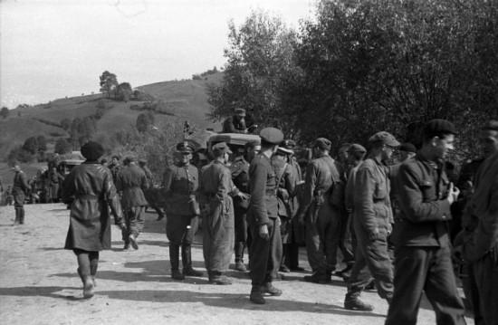 Польские офицеры отправлялись дальше, чаще всего во Францию — через Югославию и Италию либо морским путем. Были редкие случаи возвращения на родину (в частности, маршал Эдвард Рыдз-Смиглы).