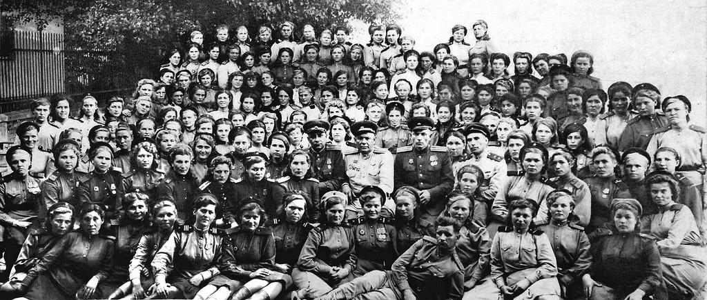 Групповой портрет военнослужащих дивизиона 329-го зенитно-артиллерийского полка в городе Комарно, Чехословакия. 1945 г.