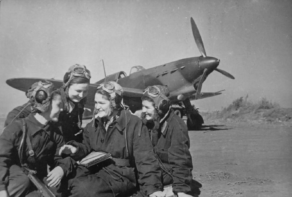 """Летчицы 586-го истребительного авиаполка ПВО обсуждают прошедший боевой вылет у самолета Як-1.  Аэродром """"Анисовка"""", Саратовская область. Сентябрь 1942 г."""