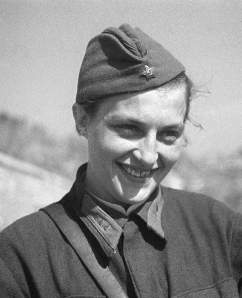 Советский снайпер будущий Герой Советского Союза старший сержант Людмила Михайловна Павличенко (01.07.1916-27.10.1974). 1942 г.