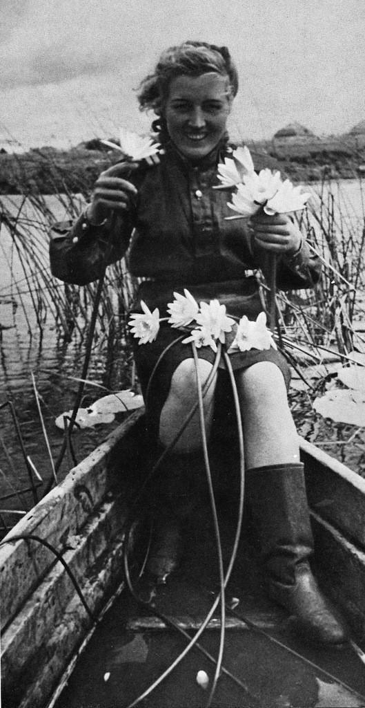 Зенитчитца Елена Петровна Иванова после возвращения с фронта. Воронежская область. Май 1945 г.