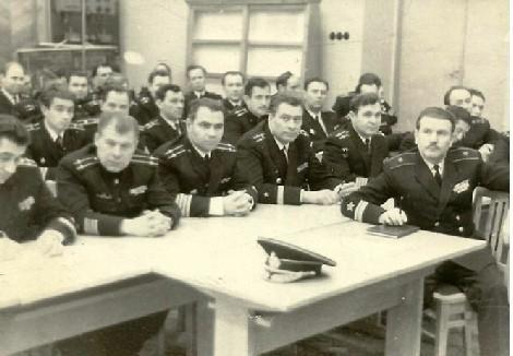Группа офицеров на совещании. Крайний справа – первый заместитель начальника училища контр-адмирал А.Я. Стерлядкин. КВВМПУ, 1970 год.