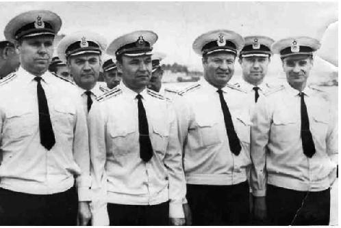 Группа преподавателей училища. Второй слева – начальник кафедры ТУЖЭК инженер-каптан 1 ранга В.Я. Филимонов. КВВМПУ, июль 1975 года.
