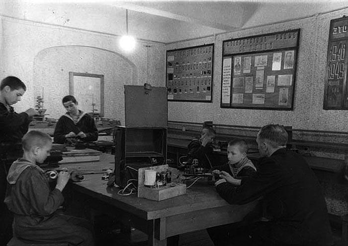Практические занятия в радиотехнической мастерской.