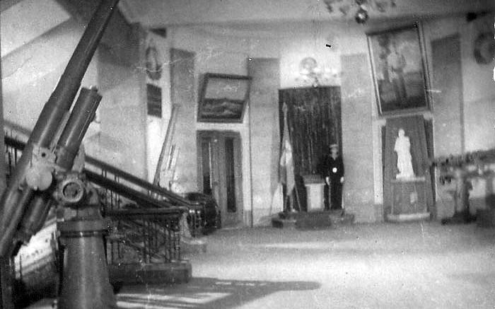 Холл первого этажа Учебного корпуса училища. В глубине холла - часовой-нахимовец у Знамени училища.