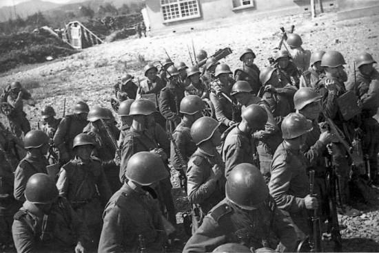 Советские солдаты, взявшие с боем поселок Хандаса