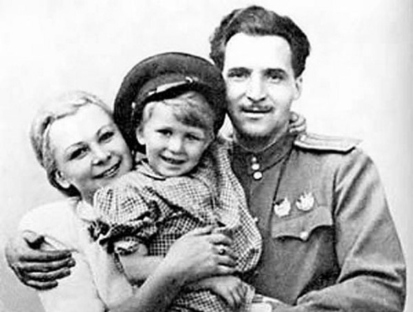 Валентина Серова и Константин Симонов с Толей Серовым