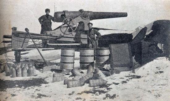 Трофейное турецкое орудие во взятом русскими войсками Эрзуруме.