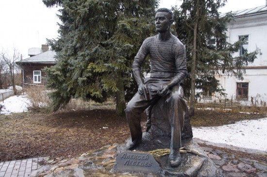Памятник Алексею Лебедеву в Суздале.