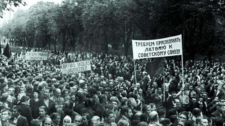 Демонстрация трудящихся города Риги, требующих присоединения Латвии к СССР.