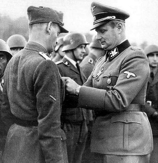 Генерал СС Карл Вольф награждает отличившегося солдата.