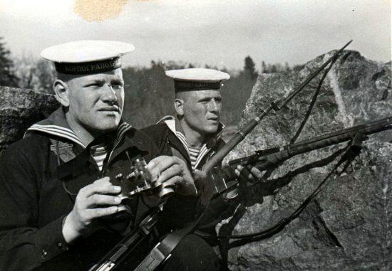 Краснофлотцы погранзаставы: С.И.Скоробогатский (справа) и В.М.Божко. 1939 год.
