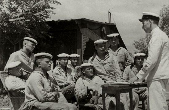 Старший политрук И.М.Шоничев проводит беседу с моряками-пограничниками. Погранотряд Южной морской границы. 20 июня 1939 г.