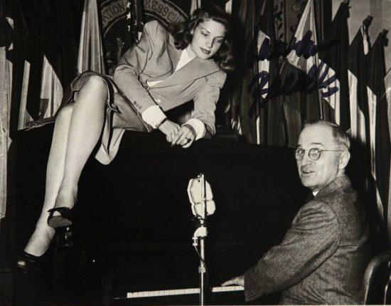 Вице-президент США Гарри Трумэн и восходящая голливудская звезда Лорен Боколл развлекают американских солдат в феврале 1945 г. в кафе Национального Пресс-клуба.