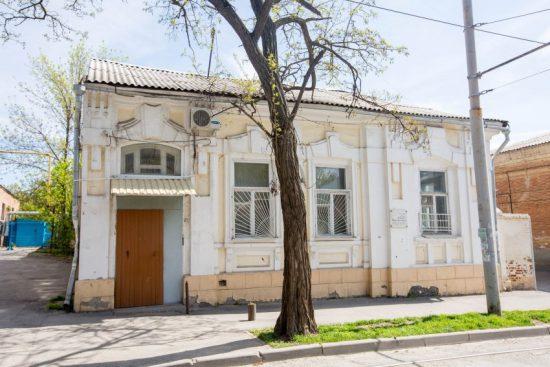 На доме, где он жил, теперь памятная доска. Фото: Тагир Раджавов/РГ