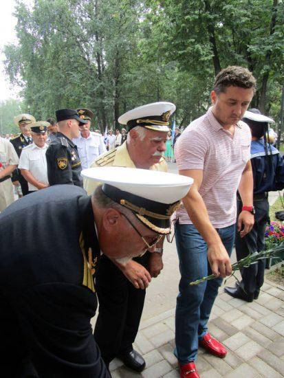 Живые цветы к памятнику Н.Г.Кузнецову