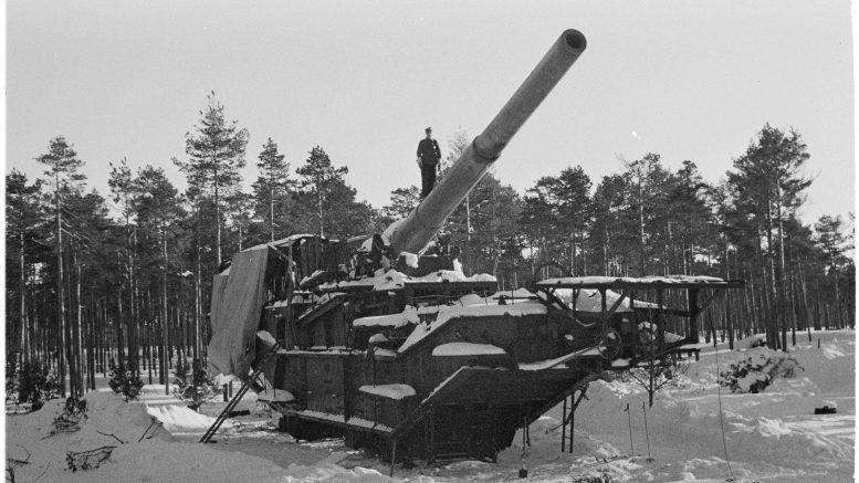Фото 1. Захваченный транспортер 305 мм на огневой позиции в Тактёме, Ханко. Зима 1941-1942 годов. Источник: фотобанк Оборонительных сил Финляндии.