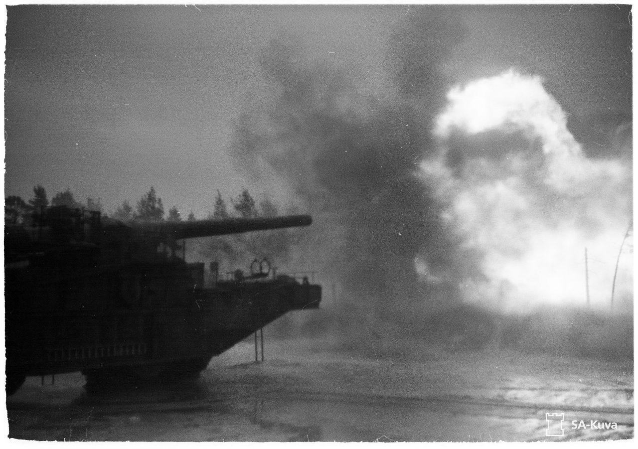 Фото 2. Пробный выстрел из отремонтированного транспортера 305 мм, 15 октября 1942 года, Ханко. Источник: фотобанк Оборонительных сил Финляндии.