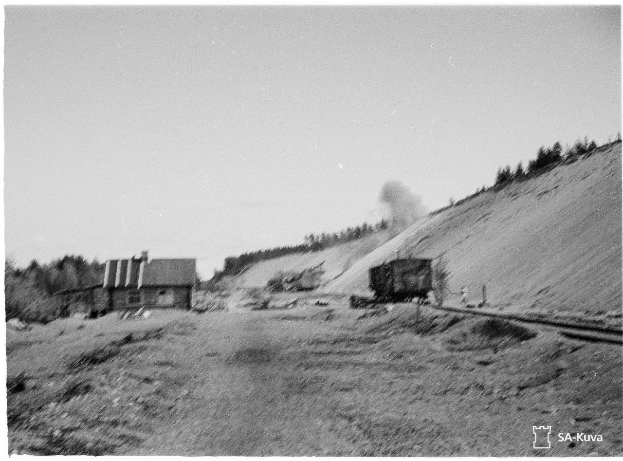 Фото 6. Транспортер ведет огонь по советским кораблям в Финском заливе с огневой позиции в районе форта Ино (также называется Тайккина).На переднем плане – вагон с боеприпасами. 15 июня 1942 года. Источник: фотобанк Оборонительных сил Финляндии.