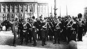Группа офицеров и казаков лейб-гвардии Казачьего полка на Дворцовой площади во время майского парада. Санкт-Петербург.