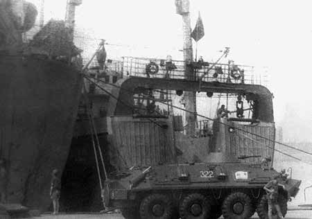 Боевая техника десанта с советского БДК на базе ВМФ в Луанде